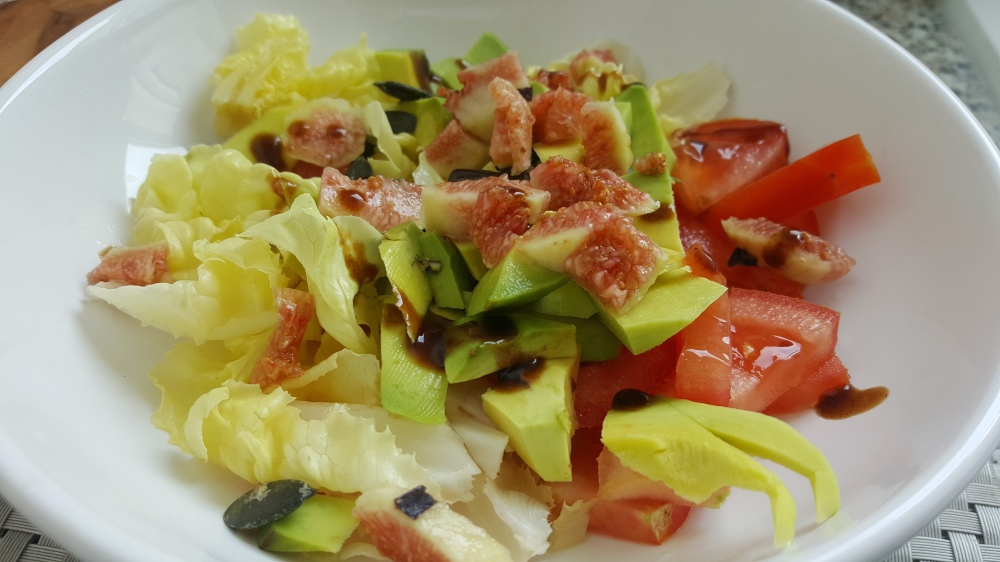 Salade healthy avocat figue tomate